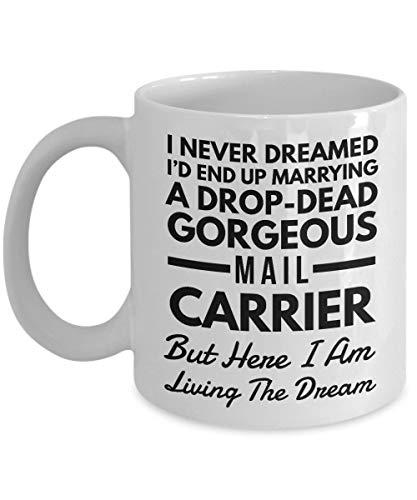 Funny Mug for Mail Carrier Wife or Husband I Never Dreamed I'd End Up Marrying A Drop-dead Gorgeous Mail Carrier But Here I Am Living The Dream (E-mail-drop Sichere)