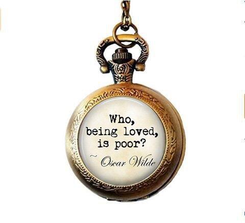 nijiahx Oscar Wilde Halskette mit Anhänger mit Zitat Who, Being Loved, is arm, Oscar Wilde Taschenuhr, Literatur-Liebhaber, Geschenk