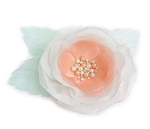 Broche fleur en tissu organza, couleur ivoire, pêche et vert clair. broderie perles.