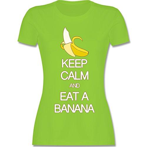 Keep calm - Keep calm and eat a banana - tailliertes Premium T-Shirt mit Rundhalsausschnitt für Damen Hellgrün