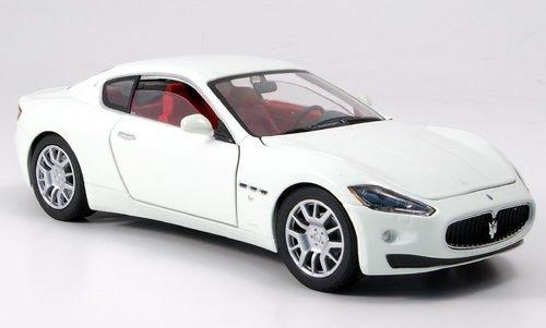 maserati-gran-turismo-weiss-modellauto-fertigmodell-motormax-124