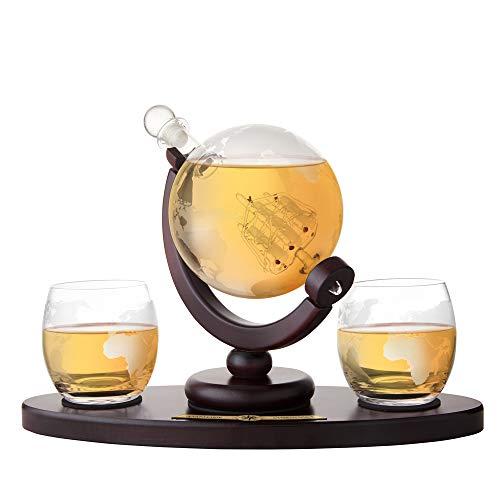AMAVEL Whiskyset - Glaskaraffe Globus - Holztablett mit gravierter Plakette - Personalisiert mit Namen - Zwei Whiskygläser mit gravierter Weltkarte - luftdichter Verschluss - Decanter aus Klarglas