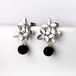 Romantische Ohrringe/zierliche Ohrstecker in schwarz silber: Verspielte matt-versilberte Blüten-Ohrstecker mit schwarzer Onyx-Perle