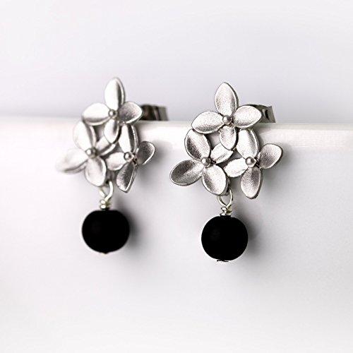 Romantische Ohrringe / zierliche Ohrstecker in schwarz silber: Verspielte matt-versilberte Blüten-Ohrstecker mit schwarzer Onyx-Perle