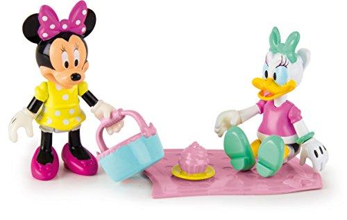 Pack de 2 figuras de Minnie y Daisy articuladas. Figuras de 8 cm aprox. El set incluye tres accesorios: un mantel, una cesta de picnic y un pastel. Todos los accesorios se acoplan, perfectamente, a las manos de las figuras.
