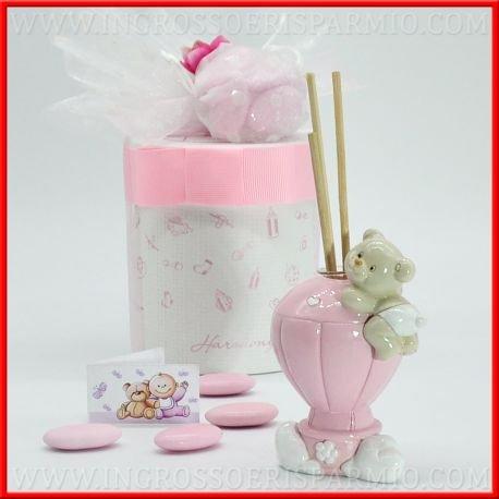 Profumatore in pregiata porcellana lucida a forma di mongolfiera di colore rosa decarata con cuoricino e fiorellino bianco,completata nella parte superiore da un orsacchioto poggiato al palline da femminuccia ,essenza e scatola regalo inclusa - bomboniere nascita,battesimo,primo compleanno (kit 1 pz)