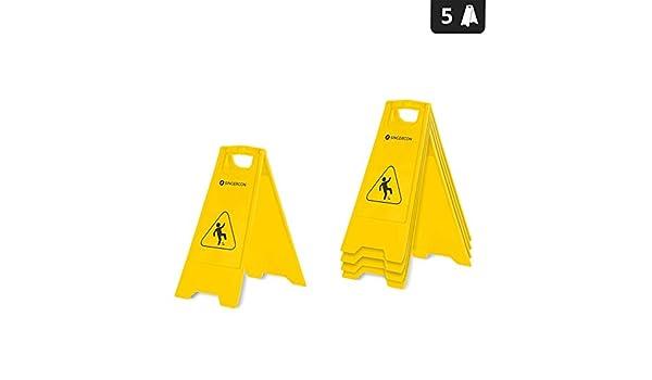 Segnale pavimento bagnato di avvertenza di pericolo u foto stock