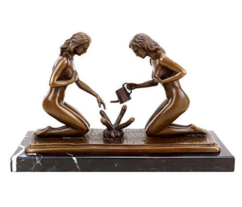 Kunst & Ambiente - Erotik Skulptur - Sexy Gärtnerinnen beim Phallusgießen - Erotik Bronzefigur - signiert Milo - Erotik Akt - Sex