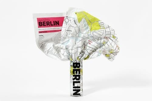 Berlin Crumpled City Map (Crumpled City Maps) por Designed by Emmanuele Pizzolorusso