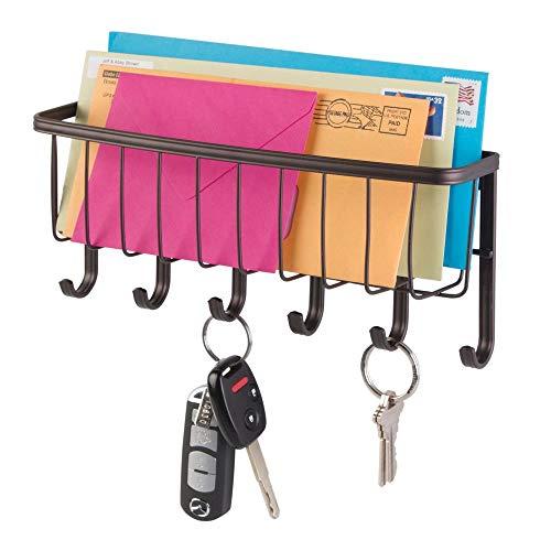 mDesign Organizador de cartas con cesta y llavero para recibidor o cocina - Compato guarda cartas con balda metálica y perchero - Práctico colgador de pared con 6 ganchos cuelga llaves - bronce