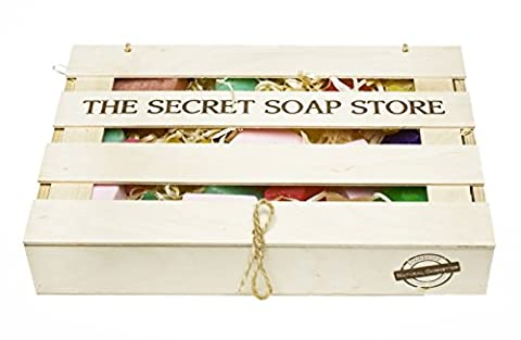 un demi-kilo de savons organiques dans différentes variétés (cubes astérisque, coeurs) et les couleurs dans une boîte en bois