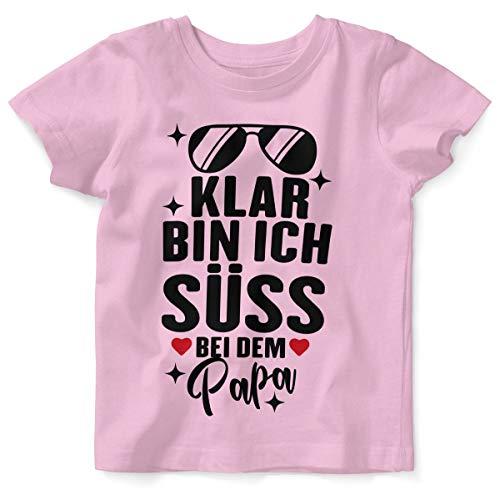 T-Shirt mit Spruch für Jungen Mädchen Unisex Kurzarm Klar Bin ich süß - bei dem Papa | handbedruckt in Deutschland | Handmade with Love, Farbe:rosa, Grösse:92/98 ()