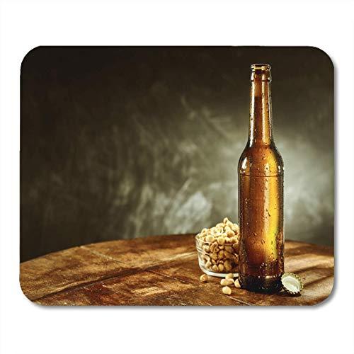 Mausunterlage Öffnen Sie kalte Flasche Bier nahe Schüssel voll abgezogenem Mousepad für Notizbücher, Tischrechner-Mausunterlagen -