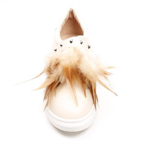 Ideal Shoes - Slip-on en similicuir décoré de clous et plumes Haley Beige