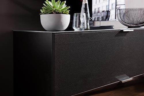 Kommode in schwarz und schwarzem Glas, schwarze Stoffklappe u. 1 Schubkasten, Maße: B/H/T ca. 109/66/50 cm, Füße, H: ca. 9 cm u. Glas-Abdeckplatte - 3