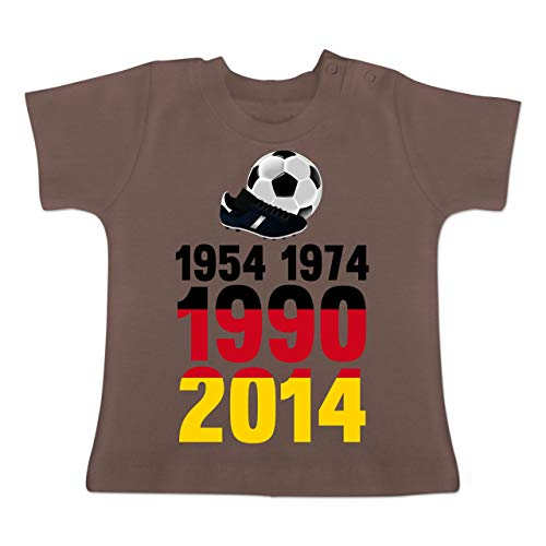 Fußball-Europameisterschaft 2020 - Baby - 1954, 1974, 1990, 2014 - WM 2018 Weltmeister Deutschland - 1-3 Monate - Braun - BZ02 - Baby T-Shirt Kurzarm