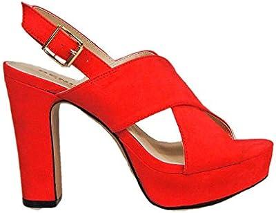 Sandalia color rojo. Tiras anchas en el empeine. Cierre mediante hebilla en pulsera en el tobillo. Altura del tacón 11,5 cm.