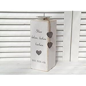 personalisierter Kerzenständer aus Holz in weiß mit Namen für die Familie im Landhausstil