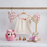 Canastilla bebé artesanal PRUNA. Gorro, patucos deportivas y amigurumi buho tejido a crochet. Vestido de tricot. 100% hecho a mano. Modelo único y exclusivo.