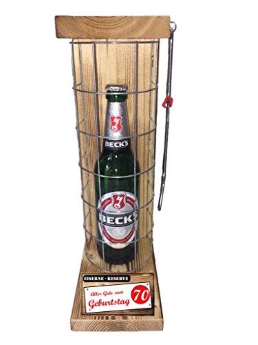 """Preisvergleich Produktbild """"Alles Gute zum 70 Geburtstag"""" Die Eiserne Reserve mit einer Flasche Beck´s Bier 0,50L incl. Bügelsäge zum aufschneiden des Metallgitters - Das ausgefallenes witziges originelles lustiges Geschenk Geschenkset Flaschenkorb für über 170 verschieden Anlässe - Die Top Geschenkidee mit dem WOW Effekt"""