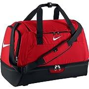 La borsa Nike Club Team-HardCase è il tuo compagno ideale. La loro impermeabile e estremamente rafforzata struttura mantiene i tuoi oggetti sempre secco. La borsa dispone di un ampio scomparto principale, un extra scomparto per scarpe e un ...