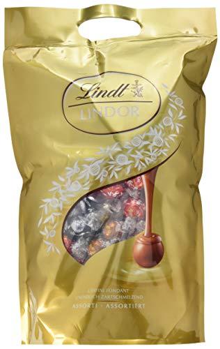 Lindt Lindor Mischbeutel 2 kg, gefüllt mit zartschmelzenden einzeln verpackten Lindor Kugeln in den Sorten Milch, Dunkel (60{d2853a38bba58bafeae89d7a408663ffb60f01aff8c00686e8cd29250ef70645} Kakaoanteil), Weiß und Haselnuss, 1er Pack