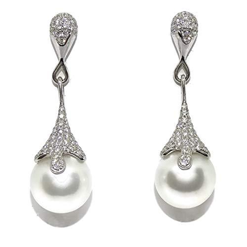 Bellissimi orecchini in oro bianco 18 kt con 170 diamanti taglio brillante che aggiungono 1,19 kt e 2 perle australiane da 12 mm. Chiusura a pressione. Dimensioni: 3,80 cm di lunghezza.