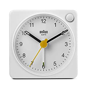Braun Klassischer analoger Reisewecker, kompakte Größe, ruhiges Quarzuhrwerk, Crescendo-Alarm in Weiß, Modell BC02W