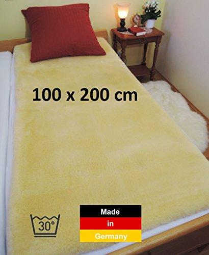 Deutsche Lammfell Bettauflage LANABEST 100 x 200 cm. Echtes Merino Lammfell. Schadstoffarm, Öko-Tex zertifiziert. Medizinische Gerbung. Aus wenigen handverlesenen Schaffellen mit einem besonders dichten und zarten Fell, um einen weichen Liege- und Schlafkomfort zu gewährleisten. Die Lammfelle (Schaffelle) und das ganze Unterbett werden in Deutschland hergestellt. Eine wahre Luxus Bettauflage: LANABEST 100 x 200 cm