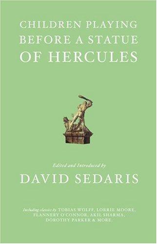 er spielen vor einer Herkules-Statue ()