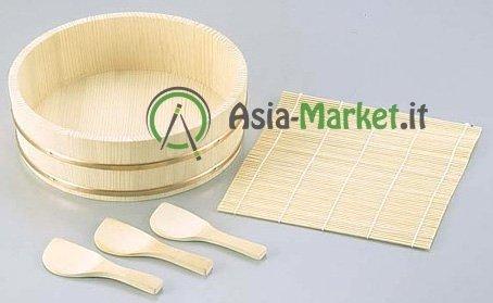 Hangiri - Establece bambú sushi con tres espátulas y una estera de bambú width=