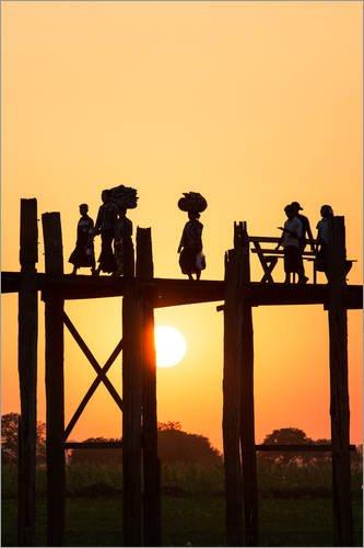 Posterlounge Acrylglasbild 120 x 180 cm: Asiaten an der berühmten U-Bein-Brücke bei Sonnenuntergang, Myanmar, Asien von Matteo Colombo - Wandbild, Acryl Glasbild, Druck auf Acryl Glas Bild