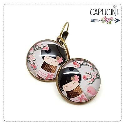 Boucles d'oreilles Kokeshi fillette japonaise avec cabochon verre - Boucles d'oreilles dormeuses fillette et oiseau - La Kokeshi & L'Oiseau - Idée cadeau Fête des mères, cadeau de Saint Valentin, idée cadeau d'anniversaire