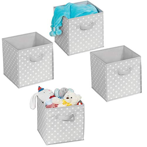 mDesign 4er-Set Aufbewahrungsboxen - Gepunktete Boxen zur Aufbewahrung für Ordnung im Schlafzimmer, Kleiderschrank und Flur - Stoffbox aus Kunststoff für Schuhe, Pullover und Hosen - grau und weiß -