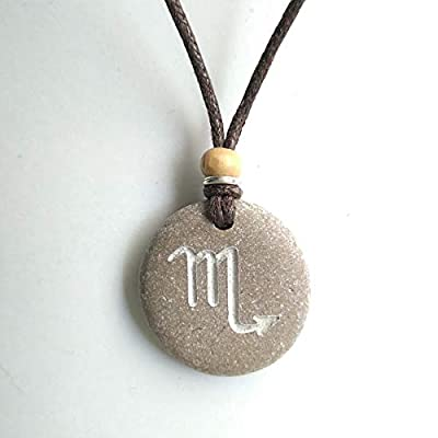 Pendentif SculptÉ Avec Une Le Symbole De Scorpion