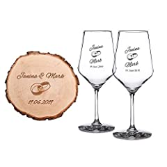 Idea Regalo - Casa Vivente Set Regalo di Nozze, 2 Calici da Vino Bianco e Disco di Tronco d'Albero con Incisione Personalizzata con Nomi e Data, Motivo FEDI Nuziali