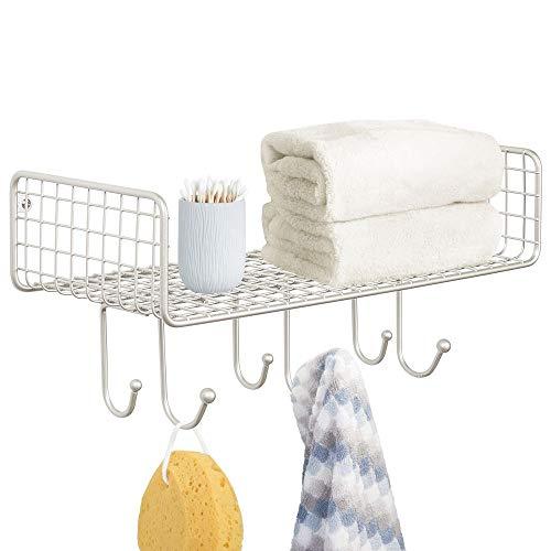 mDesign Metall-Draht-Wanddekoration, Regal mit 6 Haken für Badezimmer-Organisation, um Gesicht und Handtücher, Taschentücher, Seife, Lotion, Bademäntel - Wandhalterung - matt Satin