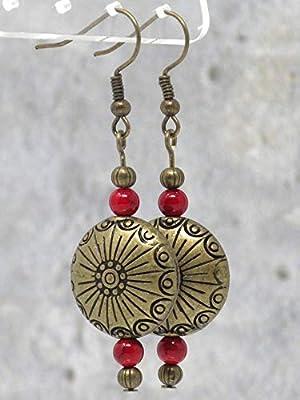 Boucles d'oreilles style Zen avec perles plates gravées en bronze antique et perles en turquoise reconstituée rouge