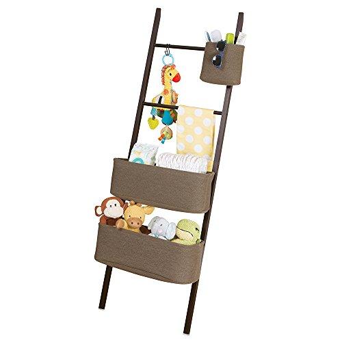 mDesign Leiterregal – Baby Organizer für Kleidung, Spielzeug etc. – praktisches Aufbewahrungssystem mit zwei Taschen – java / braun