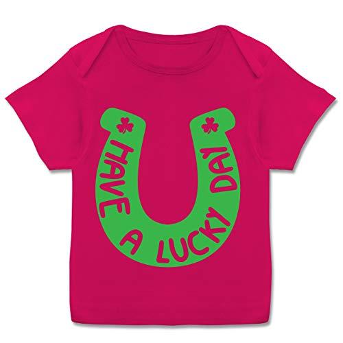 Sprüche Baby - Have a Lucky Day - 56-62 (2-3 Monate) - Fuchsia - E110B - Kurzarm Baby-Shirt für Jungen und ()