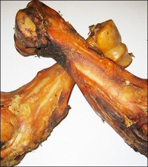 El hueso gigante XXL Dino no tiene rival entre los huesos para perros. Este fémur de toro es natural y tiene una longitud de aproximadamente medio metro y un peso de hasta 2 kg.
