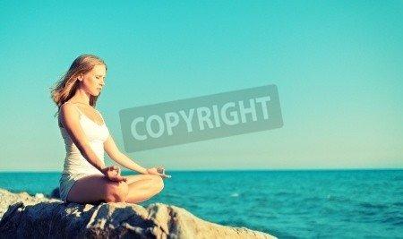 "Leinwand-Bild 30 x 20 cm: ""woman meditating in lotus yoga on coast of sea on the beach"", Bild auf Leinwand"