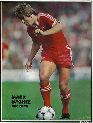 SHOOT football magazine Aberdeen MARK MCGHEE AFC home kit action picture