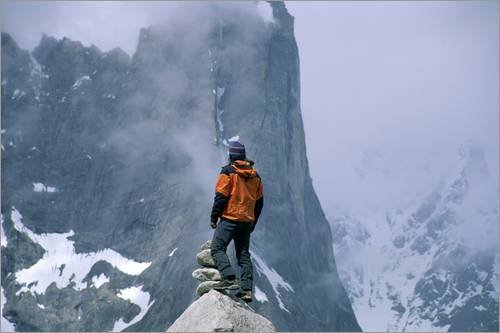 Impression sur bois 60 x 40 cm: A man stands on a cliff watching a snowstorm de Jimmy Chin / National Geographic
