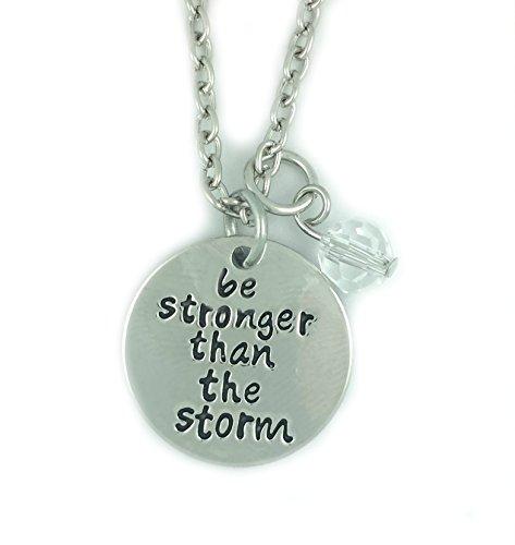 metal-couleur-argent-be-stronger-than-the-storm-collier-pendentif-grave-25cm-diamater-avec-46cm-chai
