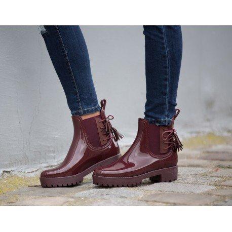 Ideal Shoes - Bottines de pluie chelsea avec franges et semelle crantrée Donie Rouge