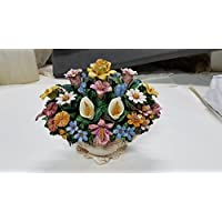 Cestino floreale in ceramica modellato e dipinto a mano, con fiori misti. Unico esemplare, Made in Italy