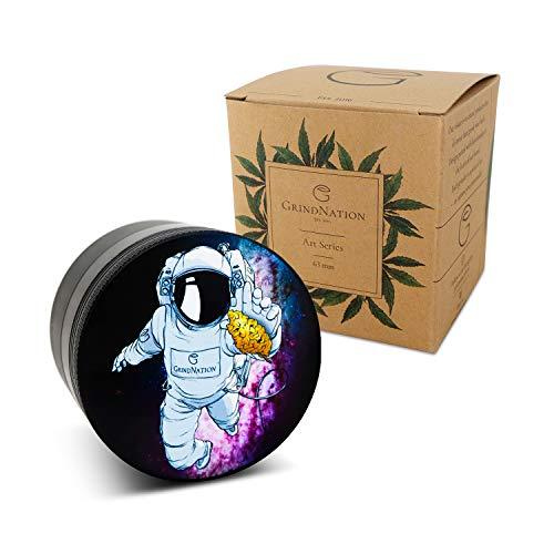 GrindNation Grinder Art Series \'Astronaut\' | Black | ø 63mm | 4-teilig | Aluminium | mit geschliffenem Mahlwerk und starkem Magneten | Set inkl. Beutel, Pollenschaber & Pinsel