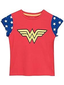 Camiseta de Wonder Woman para niñas. Tu pequeña amará salvar el mundo con esta divertida camiseta de Wonder Woman. Perfecta para llevar un Superlook todos los días, esta camiseta roja viene con el logo de Wonder Woman en el frente y mangas azules con...