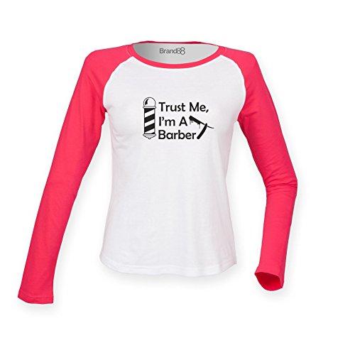 Brand88 - Trust Me, I'm A Barber, Damen Langarm Baseball T-Shirt Weiss & Rosa